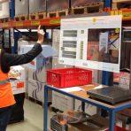 Logistyka magazynowa – pełna automatyzacja kontra pracownicy wyposażeni w technologie